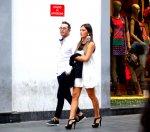 modna para spacerująca po ulicy