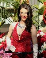 kobieta w czerwonej sukni